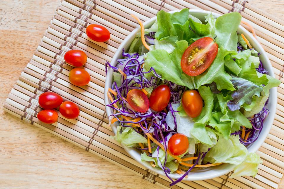 Skleda zelene solate s paradižniki in zeljem