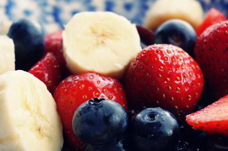Koščki banane, jagode in borovnice