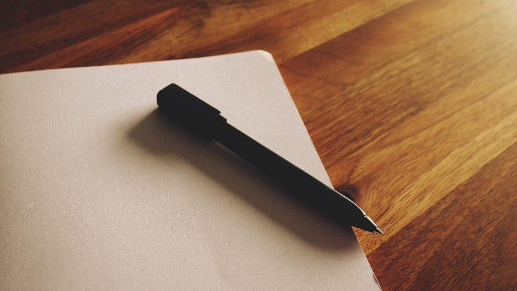 Prazen list s pisalom položenim nanj