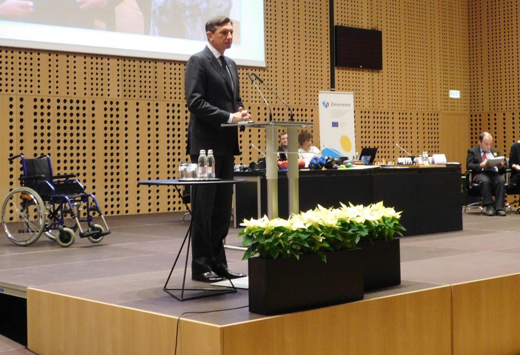 Predsednik RS g. Borut Pahor na govorniškem odru na zaključni konferenci projekta Zmoremo