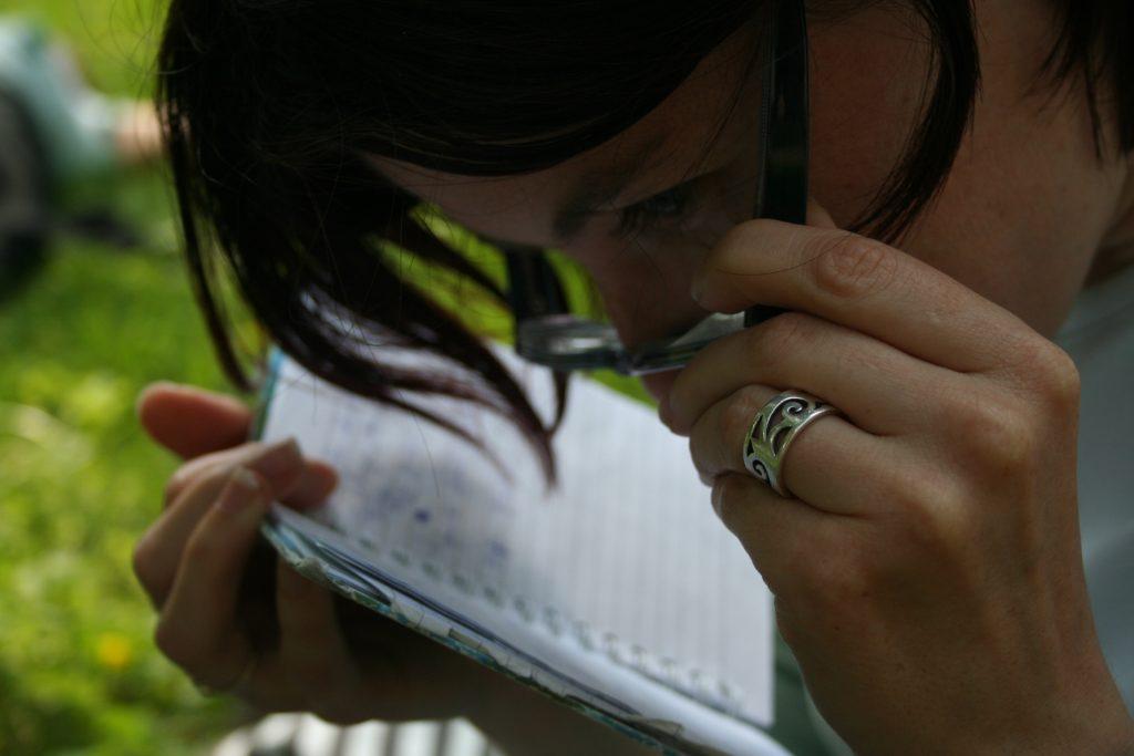 Slabovidna študentka bere zapiske