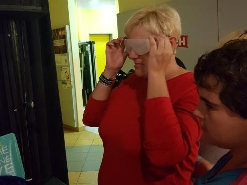 Udeleženka spoznava slepoto preko simulacijskih očal