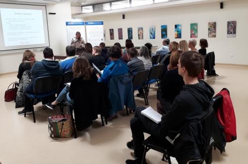 Udeleženci poslušajo o zaposlovanju invalidov v Sloveniji