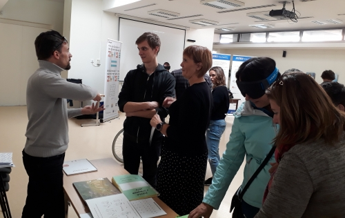 Udeleženci spoznavajo okvare vida skozi različne pripomočke (npr. simulacijska očala, tipne knjige itd.)