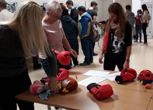 Spoznavanje težav z rokami z opravljanjem različnih nalog z boksarskimi rokavicami