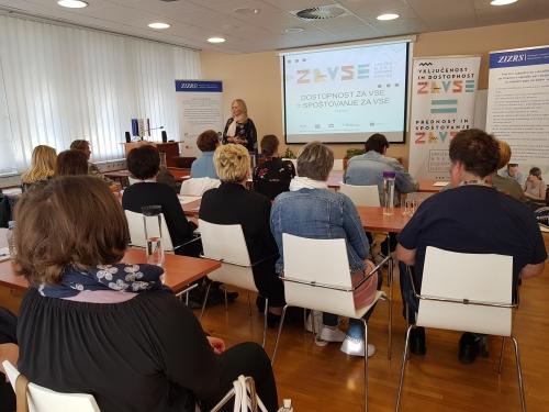 Udeleženci poslušajo o sistemu zaposlovanja oseb z invalidnostjo v Sloveniji