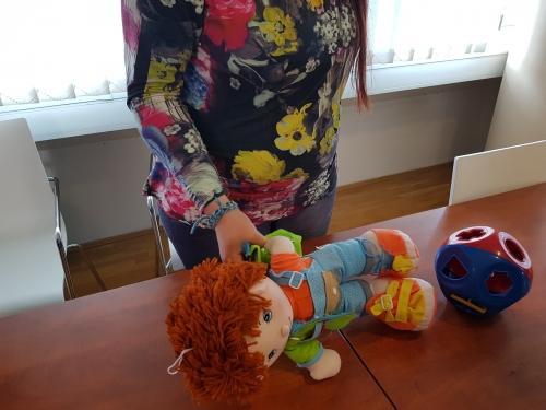 Slačenje lutke z eno roko