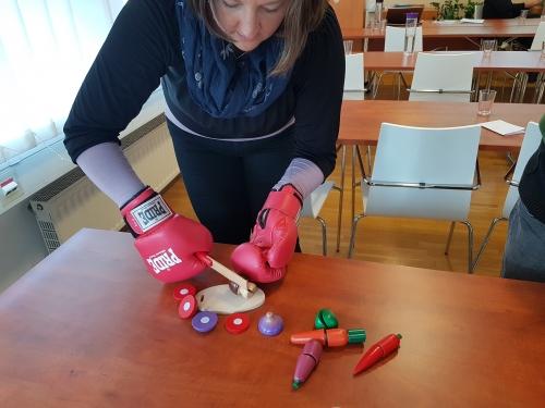 Rezanje lesenega sadja z boksarskimi rokavicami