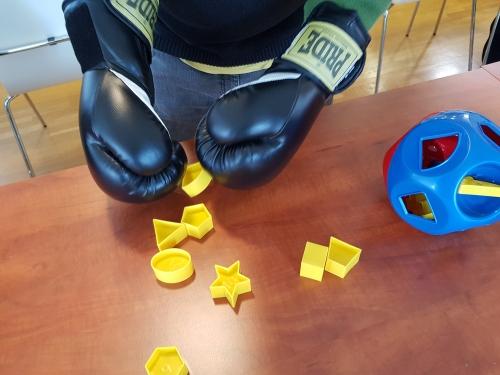 Vstavljanje različnih likov z boksarskimi rokavicami