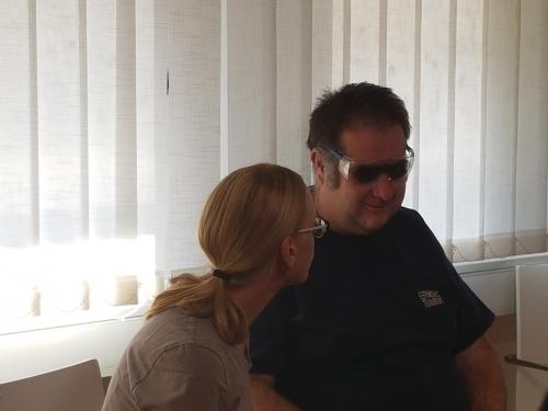 Udeleženec preizkuša simulacijska očala o okvari vida