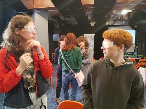 Udeleženki sta si nadeli simulacijsk očala