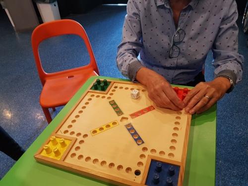 Tipanje igre Čovek ne jezi se prilagojene za slepe in slabovidne