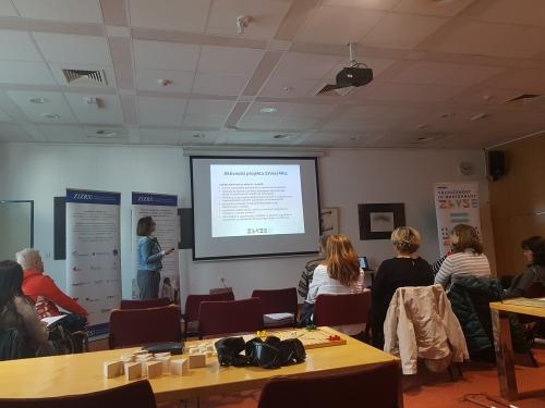 Udeleženci poslušajo predstavitev o projektu ZaVse/4All