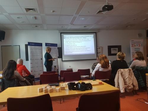 Udeleženci poslušajo predstavitev o zaposlovanju invalidov v Sloveniji