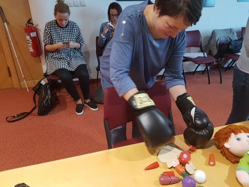 Spoznavanje težav z motoriko z rezanjem zelenjave z boksarskimi rokavicami