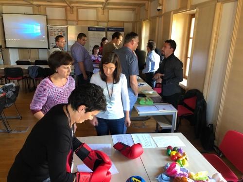 Udeleženci se preizkušajo v različnih praktičnih nalogah in spoznavajo posebne potrebe