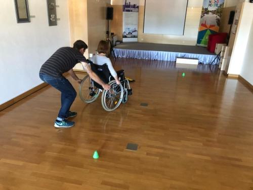 Vožnja z invalidskim vozičkom med ovirami