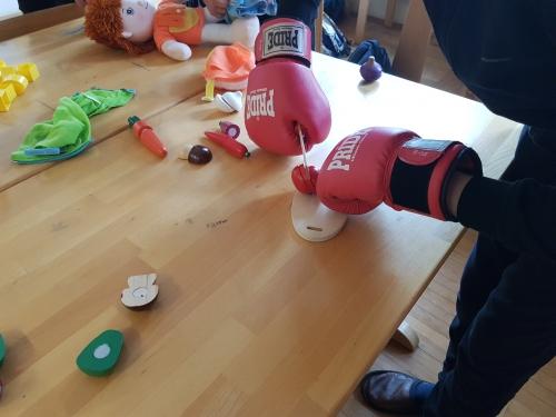 Rezanje lesene zelenjave z boksarskimi rokavicami