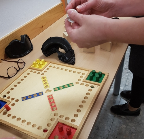 Tipanje prilagojene kocke pri igri Človek ne jezi se