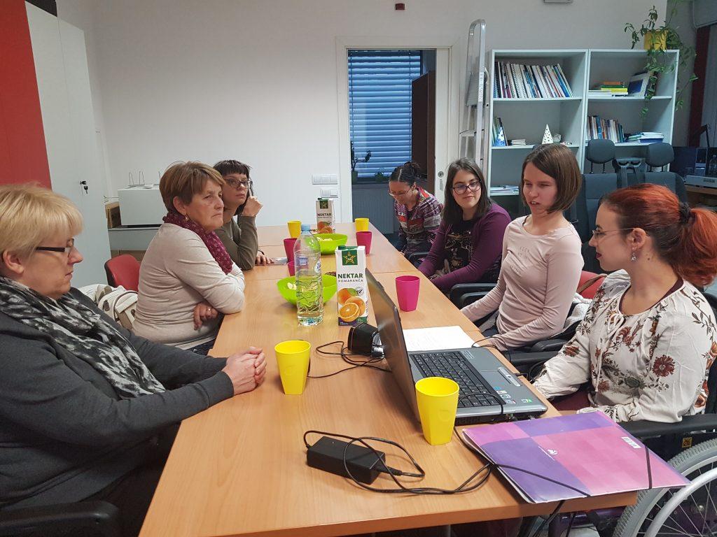 Udeleženci se pogovarjajo o knjigi in delijo med seboj svoje izkušnje in razmišljanja