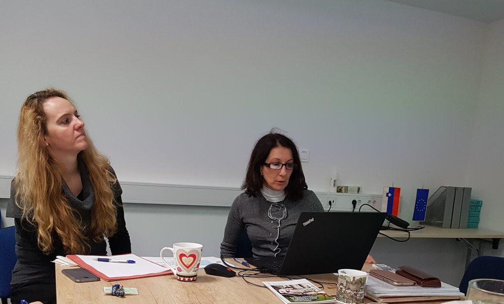 Predstavnici Sklada s prenosnim računalnikom predstavljata njihovo dejavnost in podporo, ki jo nudijo