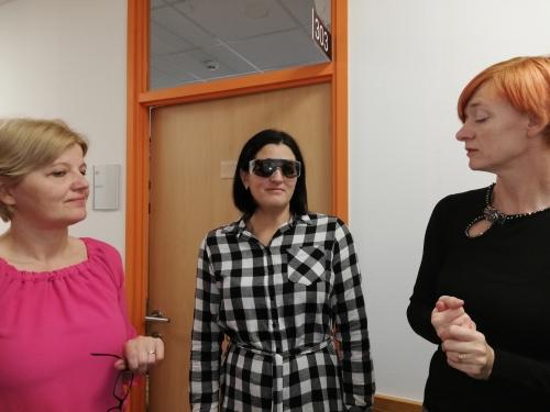 Udeleženka spoznava okvare vida preko simulacijskih očal