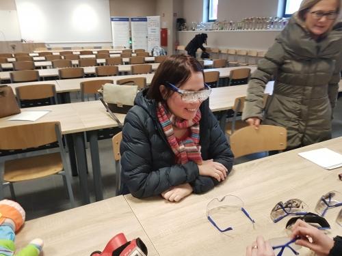 Udeleženka spoznava težave z vidom preko simulacijskih očal