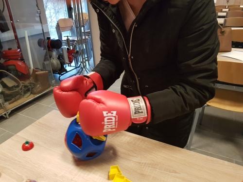 Vstavljanje različnih likov v odprtine z boksarskimi rokavicami