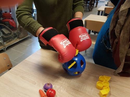 Vstavljanje likov z boksarskimi rokavicami na rokah