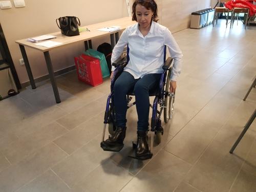Udeleženka se vozi z invalidskim vozičkom