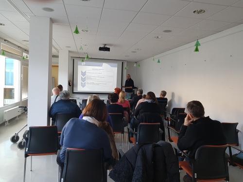 Udeleženci poslušajo o vključitvi v zaposlitveno rehabilitacijo