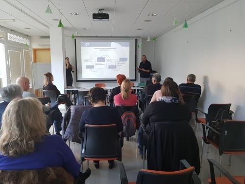 Udeleženci poslušajo o usposabljanju na konkretnem delovnem mestu