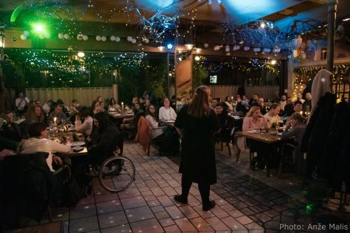 Udeleženci večerje uživajo v živi glasbi