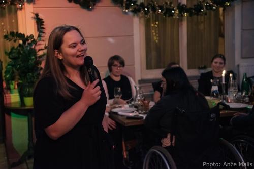 Pevka, ki je zabavala udeležence večerje s svojim petjem