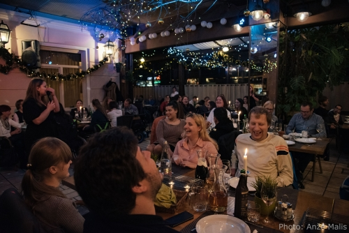 Udeleženci se zabavajo ob nastopajočih na večerji