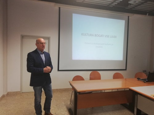Predstavnik Sveta invalidov MOM, Martin Benko, pozdravlja zbrane udeležence