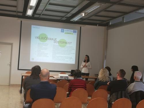 Predstavnica Občine Piran predstavlja načelo vključevanja dostopnosti v projektu COME IN/VSTOPITE