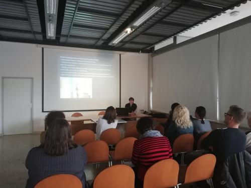 Predstavnica Umetnostne galerije predstavlja njihova projekta, ki se nanašata na dostopnost kulture