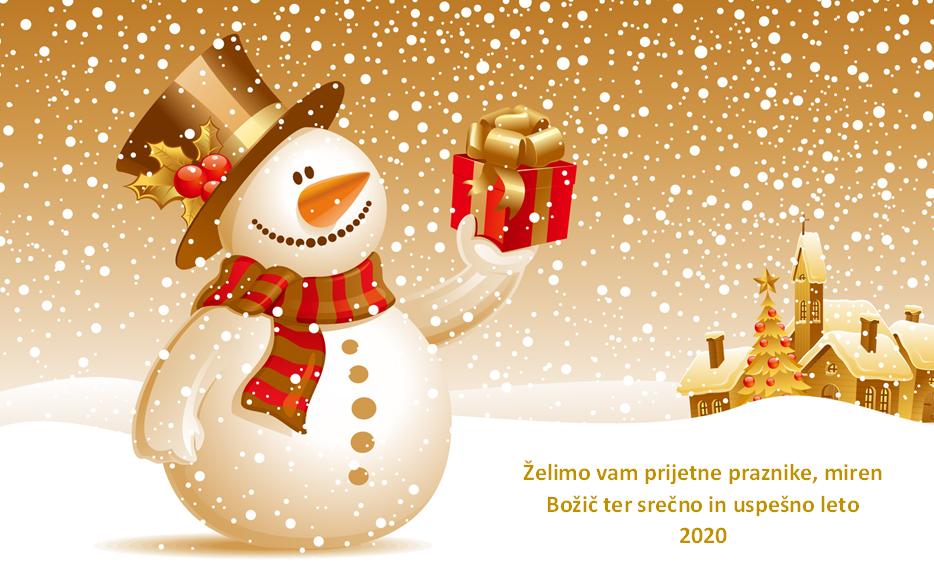 Smejoči snežak v rokah drži lepo zavito darilo. Spodaj je dodan napis Želimo vam prijetne praznike, miren Božič ter srečno in uspešno leto 2020