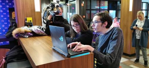 Oba študenta, ki sta prejela prenosnik, prikazujeta uporabo