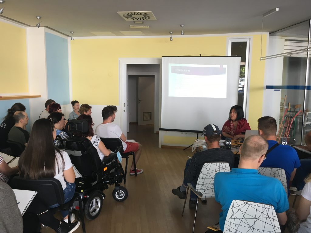 Danes izvajamo usposabljanje asistentov in uporabnikov osebne asistence