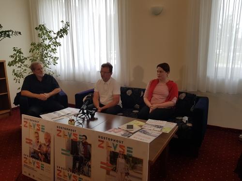 Predstavnik Združenja izvajalcev zaposlitvene rehabilitacije Karl Destovnik in sodelavec našega društva Miha Kosi pred mikrofoni dajeta izjavo za medije ob začetku delavnic