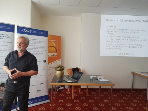 Udeleženci so na začetku poslušali predstavitev projekta ZaVse in kaj je njegov namen