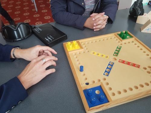 Udeleženka igra Človek ne jezi se prilagojen za slepe in tipa kocko