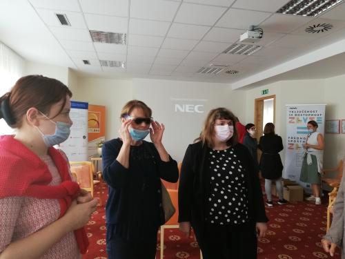 Tri udeleženke spoznavajo okvare vida skozi različna simulacijska očala