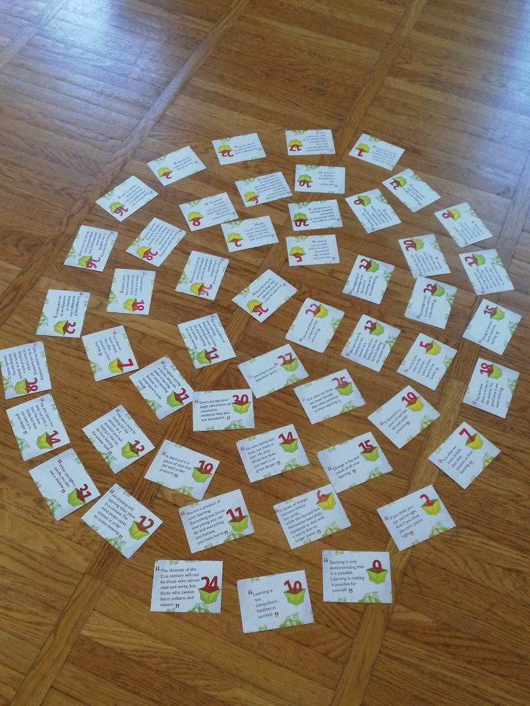 Na tleh so za žep velike kartice z različnimi napisi in številkami