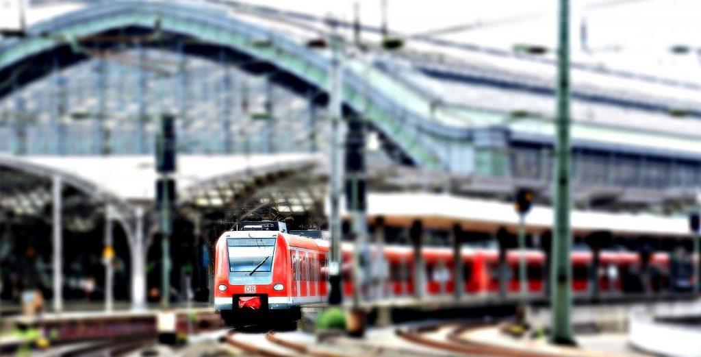 Vabljeni k raziskavi o zadovoljstvu gluhih in naglušnih uporabnikov z železniškim potniškim prometom