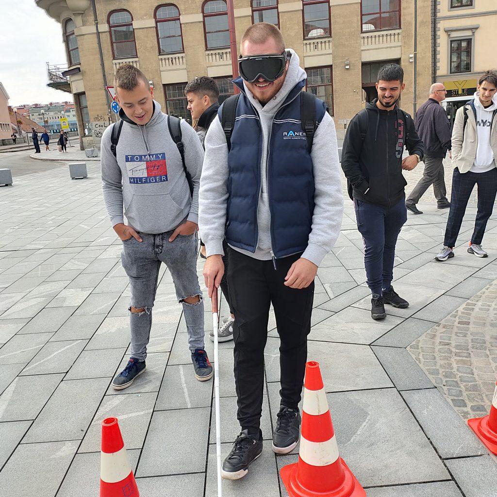 Dijak hodi po Glavnem trgu s črnimi očali in belo palico