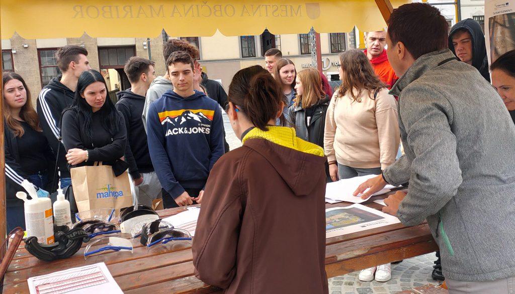 Dijake z različnih srednjih šol smo na Glavnem trgu v Mariboru seznanjali s težavami vida